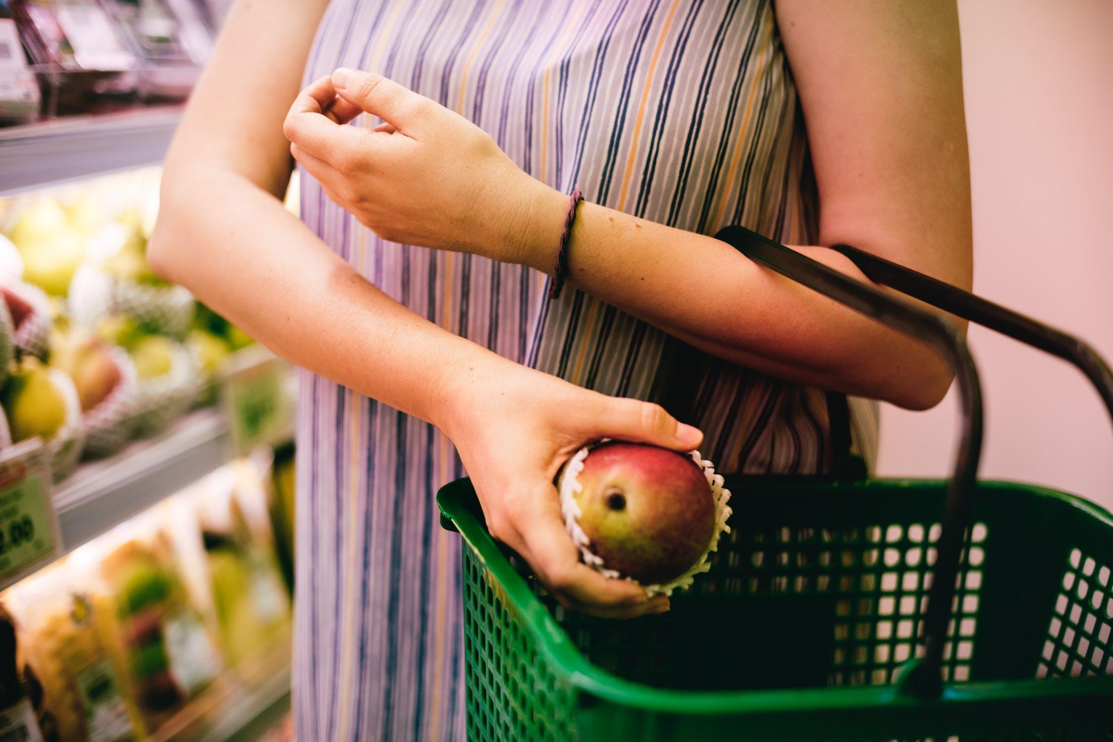 Gesundes Essen im Frühling mit Obst und Gemüse