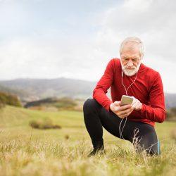 Aktiver alter Mann beugt seinen Kopfschmeren vor indem er Sport macht