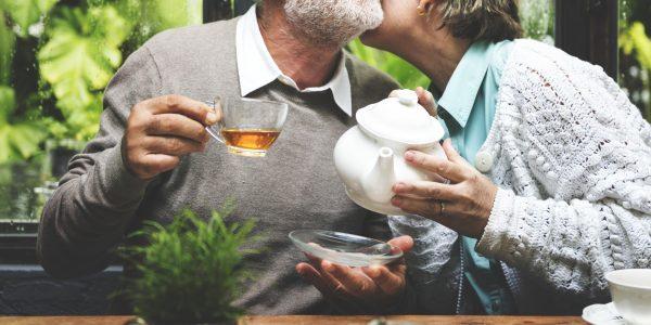 Älteres Paar trinkt Tee